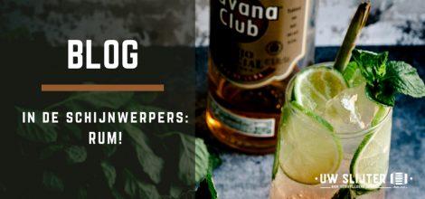 Een glas gevuld met rum en limoen. Op de achtergrond zie je een fles Havana Club rum