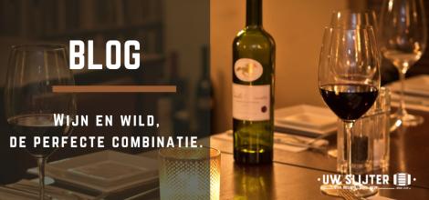 Een gedekte tafel met rode wijn en een wijn glas