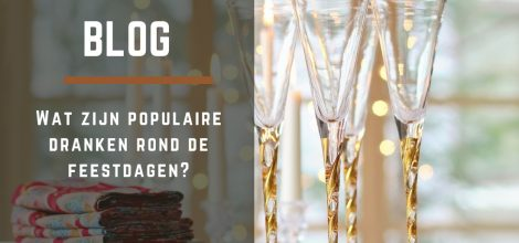 Een feestelijk gedekte tafel met champagne glazen.