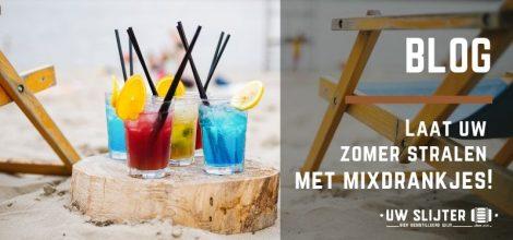 Verschillende kleuren mixdrankjes in het zand op het strand